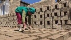 Мать 5 детей каждый день лепит по 300 глиняных кирпичей в день