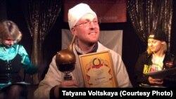 """Антипремия """"Золотая Клизма"""" вручена в Петербурге в нескольких номинациях. На снимке - """"доктор"""" с клизмой"""