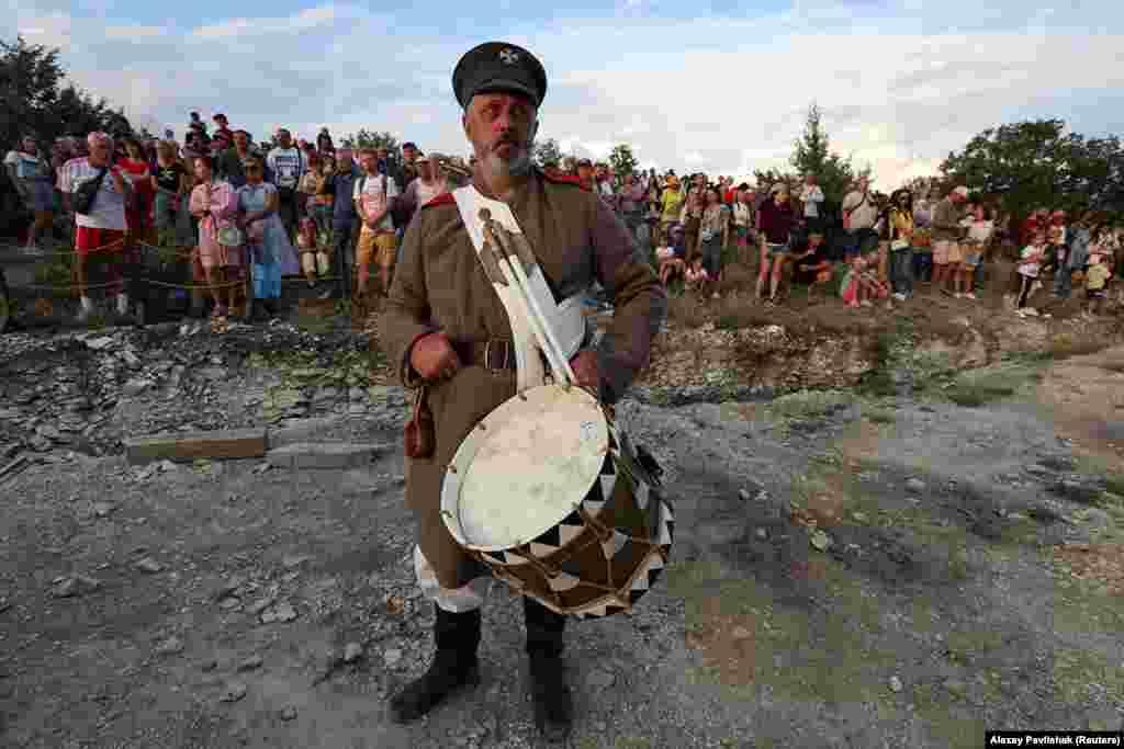 Толпы зрителей и актер ждут начала действия. К созданию «парка» приступили вскоре после российской оккупации Крыма в 2014 году.