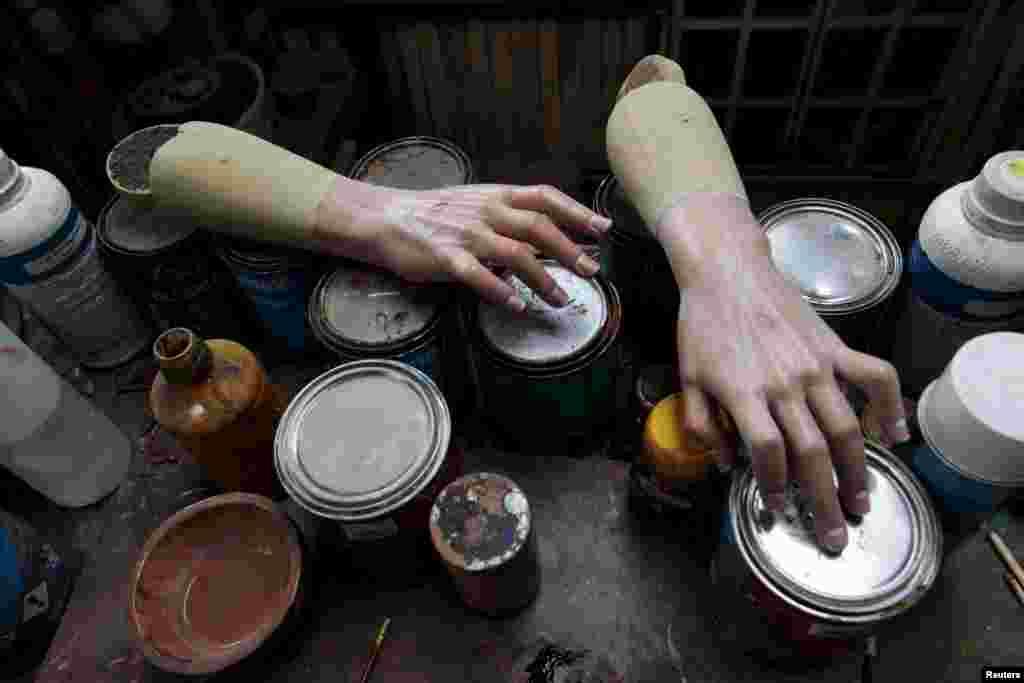 На цей випадок у майстерні завжди є кілька дерев'яних рук – «про запас»