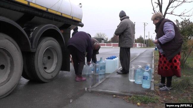 Жителі Зеленогірського роблять запаси води з водовозу, грудень 2020 року