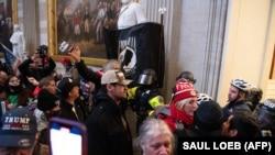 Президент Трампты колдогон жана АКШ Конгрессинин имаратынын ичине күч менен кирип алган демонстранттардын бир тобу. 2021-жылдын 6-январы.