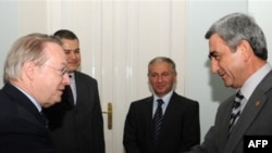 Armenian President Serzh Sarkisian (right) meets with PACE President Luis Maria de Puig in Yerevan in July 2008.