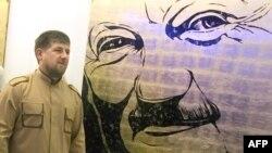 Президент Чечни Рамзан Кадыров возле портрета своего отца на выставке в Грозном.