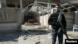 رجل أمن أمام منزل القيادي التركماني علي مهدي في كركوك بعد إستهدافه.