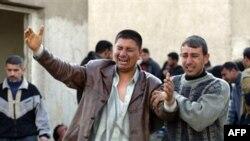 در بیرون بیمارستانی در بغداد. جمعه 12 بهمن عزیزی را از دست دادند.