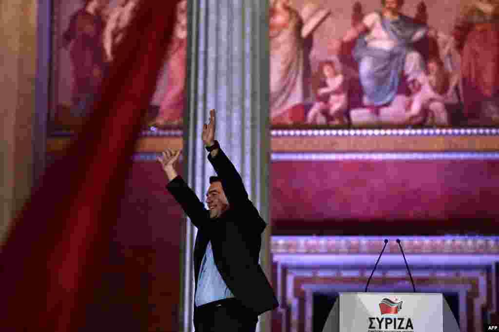 Лидер левой коалиции СИРИЗА Алексис Ципрас празднует победу на парламентских выборах, Афины, 25 января 2015 года