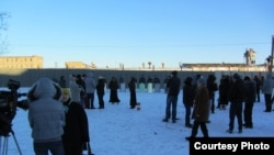 Біля колонії № 6 у Копейську, 25 листопада 2012 року. Спостережна вежа праворуч у руках бунтівників