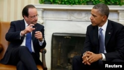 Presidenti amerikan Barack Obama (djathtas) gjatë takimit me presidentin e Francës Francois Hollande në Shtëpinë e Bardhë