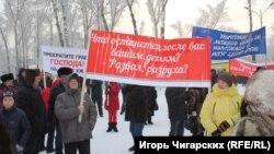 Участник митинга за отставку главы Республики Хакасия с транспарантом
