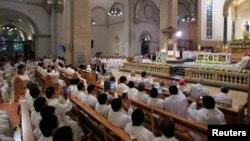 Люди во время мессы в католическом соборе в Маниле. 16 января 2015 года. Иллюстративное фото.