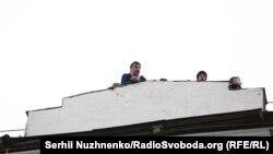 Саакашвілі на даху дома, у якім жыве