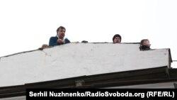 Михаил Саакашвили дар рӯи бом, ҳангоми кофтукоби хонааш дар Киев. 5-уми декабри соли 2017
