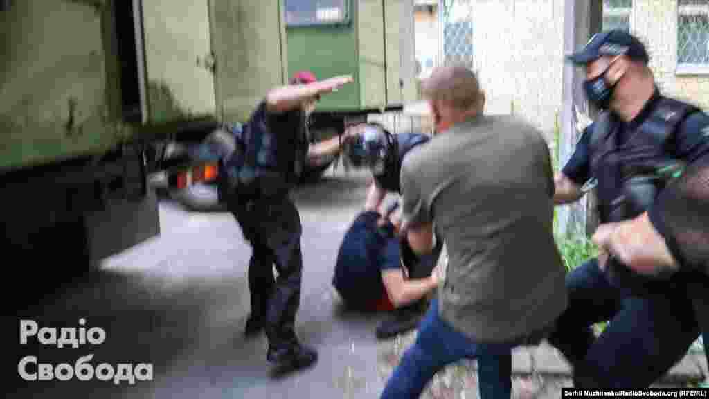 У відомстві вказують, що поліцейські затримали п'ятьох людей біля суду. У поліції стверджують, що один із чоловіків спровокував конфлікт із журналістами, а інші перешкоджали поліцейським під час затримання правопорушника і нецензурно висловлювалися