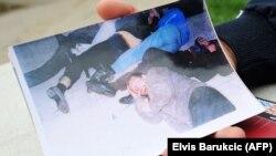 Fotografija koju Omer i danas ima je ona na kojoj je među pretučenim njegov otac