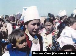 Тойда жүрген Иран қазақтары. Сурет Иранда 1978 жылы түсірілген. Фотография авторы Мансұр Киай.