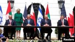 В церемонии подписаня участвовал президент США Дональд Трамп, принимавший в Белом доме израильского премьера и министров иностранных дел ОАЕ и Бахрейна . 15 сентября 2020