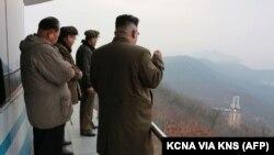 رهبر کره شمالی، کیم جونگاون، در حال بازدید از یک آزمایش مربوط به تجهیزات موشکی
