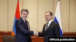 Премьер-министр Армении Карен Карапетян и премьер-министр России Дмитрий Медведев во время встречи в Бишкеке, 7 марта 2017 г.