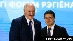 Alyaksandr Lukashenka, (sol), Ukrayna prezidenti Volodymyr Zelenskiy, 4 oktyabr 2019