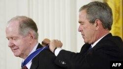АҚШ президенті Джордж Буш (сол жақта) тарихшы Роберт Конквестке президенттік Азаттық медалін тағып тұр. Қараша, 2005 жыл.