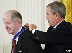 Роберт Конквест отримує нагороду від Джорджа Буша (молодшого)