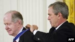 Президент США Джордж Буш награждает Роберта Конквеста Президентской медалью Свободы.