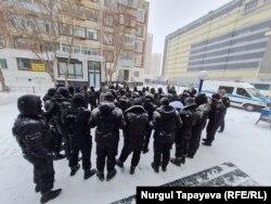 Полиция применяет кеттлинг против протестующих в столице, 28 февраля 2021 года.