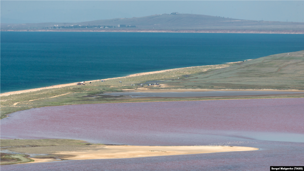 Вид на Кояшское и Малое Элькинское (снизу вверх) озера на территории Опукского заповедника