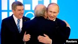 Президент Росії Володимир Путін (праворуч) та керівник ФІФА Зепп Блаттер (посередині). Сочі, лютий 2014 року