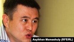 Экономист Мұхтар Тайжан баспасөз жиынында. Алматы, 13 маусым 2012 жыл.