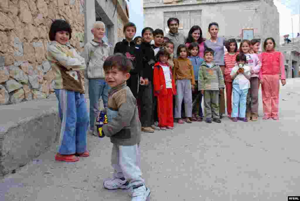عکس يادگاري با کودکان ايزدي در روستاي شيخان