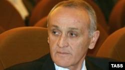 Исполнительный секретарь Координационного совета политических партий и общественных организаций Абхазии Нугзар Агрба считает причиной возникновения «нештатной ситуации» позицию самого президента