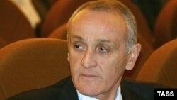 Да, сказал сам Александр Золотинскович во время одного из предвыборных выступлений летом 2011-го, «я – не сахар». «Но и не стрихнин», – добавил он