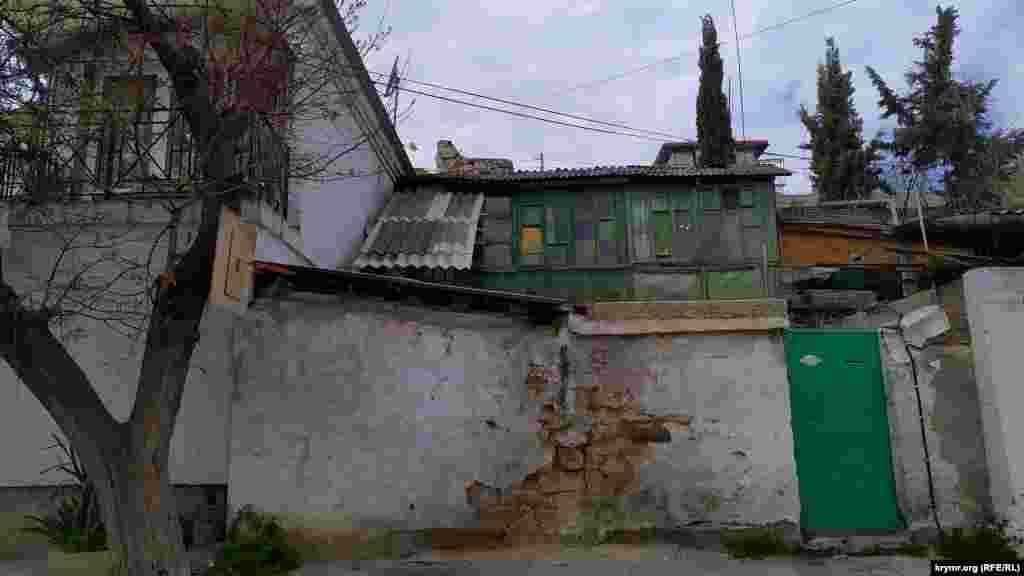 Типичные старые севастопольские дома на улице Нефедова (бывшая Подгорная)