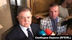 Николай Ненчев (вляво) с един от адвокатите си Менко Менков