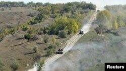 Украинские танки покидают окрестности села Крымское, Луганской области