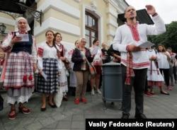 Участники протестов поют песни перед Театром имени Янки Купалы