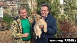 Микола Платошкін (праворуч) з левеням в парку левів «Тайган»