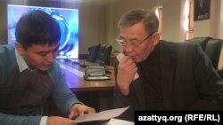 Директор Института сейсмологии Казахстана Танаткан Абаканов (справа) и репортер Азаттыка Нурбек Тусивхан. Алматы, 29 ноября 2016 года.