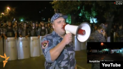 Yerevanda polis etiraz aksiyası iştirakçılarından dağılışmağı tələb edir.