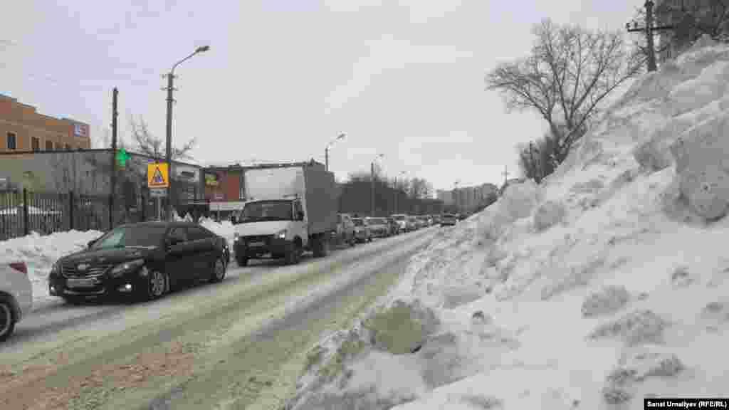 На обочинах дорог и проезжих частях возвышаются снежные сугробы. Нур-Султан, 28 января 2020 года.