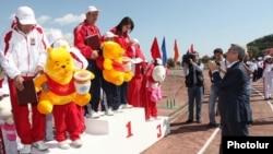 Ermənistan prezidenti idmançılarla görüşərkən