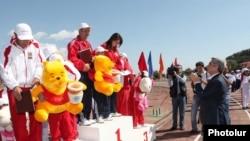 Նախագահ Սերժ Սարգսյանը շնորհավորում է 2011-ի լավագույն մարզական ընտանիքներին