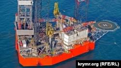 Самоподъемная буровая установка «Петр Годованец», принадлежащая ГАО «Черноморнефтегаз», на шельфе Черного моря