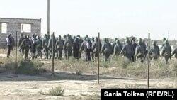 """""""Көктем"""" саяжайында арнайы операцияға қатысқан әскери жасақ. Атырау, 21 қыркүйек 2012 жыл."""
