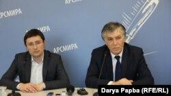 Министр здравоохранения Андзор Гоов и его заместитель Батал Кация признали, что вопрос оплаты медицинских услуг – наболевший и весьма непростой