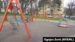 Zatvoreno dečije igralište u parku