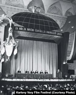 """Фестивальный кинотеатр в гранд-отеле """"Москва"""", 1952"""
