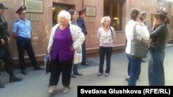Наразы тұрғындары президент әкімшілігінің жетекшісі Нұрлан Нығматулинмен кездесуге бара жатыр. Астана, 1 тамыз 2014 жыл.